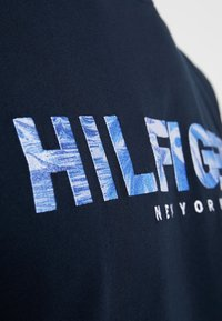 Tommy Hilfiger - APPLIQUE TEE - Print T-shirt - blue - 5
