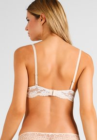Maidenform - LOVE THE LIFT - NATURAL BOOST CONVERTIBLE DEMI - Multiway / Strapless bra - latte lift/ivory - 2