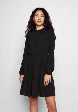 VMINEZ SHORT DRESS WVN TALL - Denní šaty - black