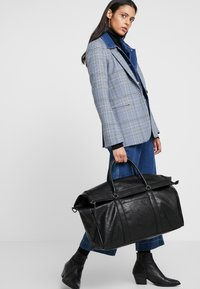 Pier One - UNISEX - Weekend bag - black - 6