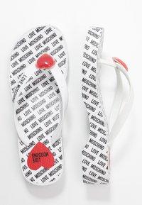 Love Moschino - Sandály s odděleným palcem - bianco - 2