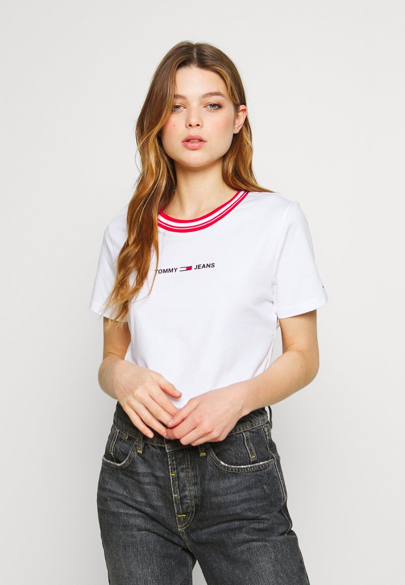 Tommy Jeans - CONTRAST RIB LOGO TEE - T-shirts med print - white