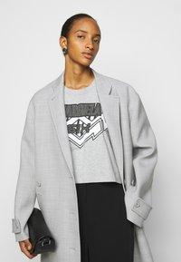 MM6 Maison Margiela - Camiseta estampada - grey - 3