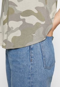 Hollister Co. - OVERSIZED TEE - T-shirt z nadrukiem - khaki - 4