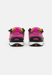 Nike Sportswear - WAFFLE ONE UNISEX - Baskets basses - active fuchsia/university gold/black/coconut milk - 2