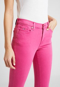 Tommy Jeans - NORA MID RISE SKINNY ANKLE - Jeansy Skinny Fit - pink - 3