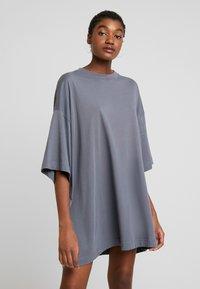 Weekday - HUGE - Žerzejové šaty - grey medium dusty - 0