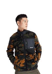 Timberland - CAMO SHERPA FLEECE - Light jacket - duffel bag/wheat boot house camo-black - 0