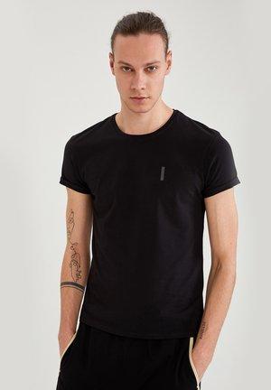 MUSCLE FIT - Basic T-shirt - black
