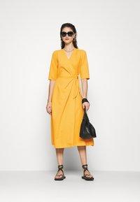 Closet - CLOSET SHORT SLEEVE WRAP DRESS - Shift dress - mustard - 1