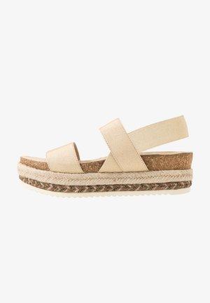 Sandály na platformě - platinum