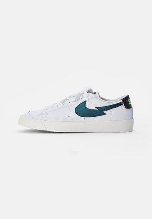 NIKE BLAZER LOW  - Sneakersy niskie - white/aquamarine-lime glow-off noir-sail