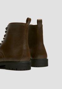 PULL&BEAR - Šněrovací kotníkové boty - brown - 4