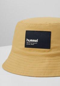 Hummel - HMLBULLY HAT - Gorro - prairie sand - 2