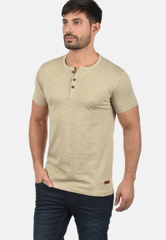 RUNDHALSSHIRT SIGOS - Basic T-shirt - sand