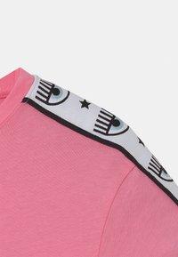 CHIARA FERRAGNI - TAPE ID - Print T-shirt - sachet pink - 2