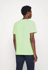 Tommy Hilfiger - LOGO TEE - T-shirt imprimé - green - 2