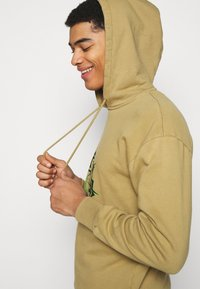 Han Kjøbenhavn - ARTWORK HOODIE - Hoodie - faded tan - 4