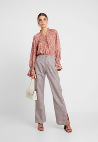 Missguided - PURPOSEFUL FLORAL PLUNGE FRILL SLEEVES BODYSUIT - Blouse - blush - 1