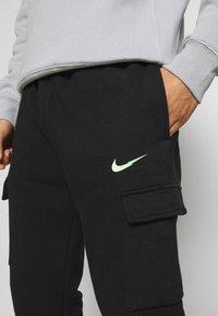 Nike Sportswear - ZIGZAG CARGO PANT - Verryttelyhousut - black - 5