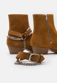 Everyday Hero - ZIMMERMAN CHAIN BOOT - Cowboy/biker ankle boot - tabacco road - 5