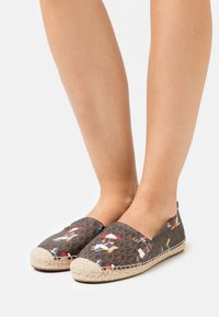 MICHAEL Michael Kors - KENDRICK SLIP ON - Espadrilles - brown - 0