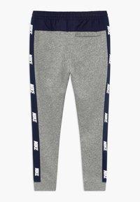 Nike Sportswear - HYBRID PANT - Pantalones deportivos - grey heather/midnight navy/white - 1