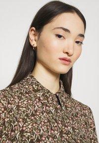 Vero Moda - VMJORDIN DRESS - Košilové šaty - ivy green - 3