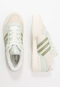 adidas Originals - RIVALRY  - Sneakers laag - offwhite/tent green/linen green - 7