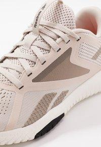 Reebok - FLEXAGON FORCE 2.0 - Sportovní boty - stucco/chalk/black - 5