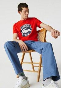 Lacoste - Print T-shirt - rouge - 4