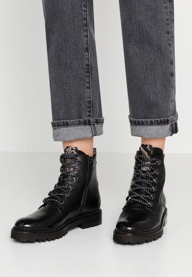 Šněrovací kotníkové boty - triumph nero/patagunia rocca