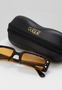VOGUE Eyewear - GIGI HADID SOHO - Sunglasses - dark havana - 2