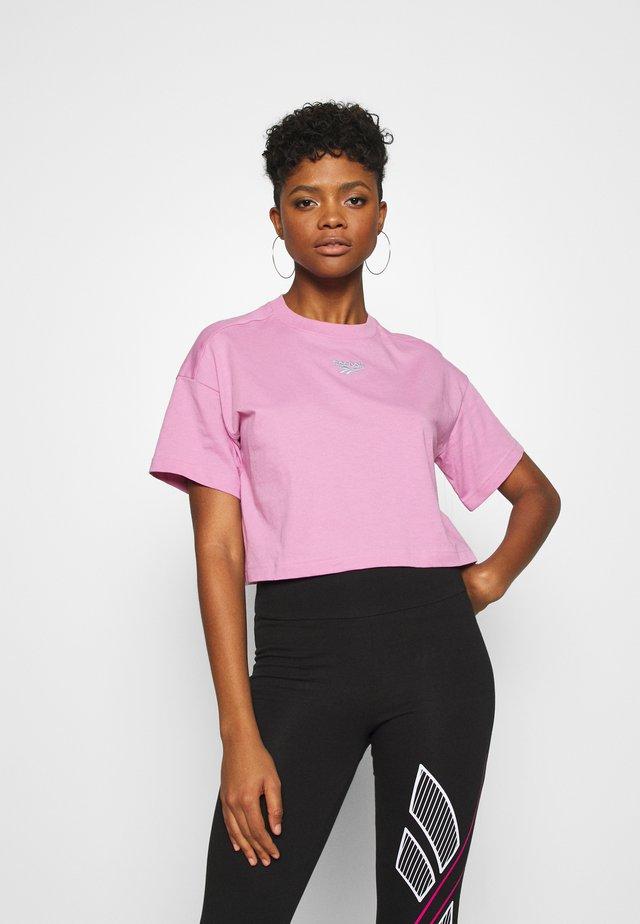 CROPPED TEE - T-shirt z nadrukiem - jasmine pink