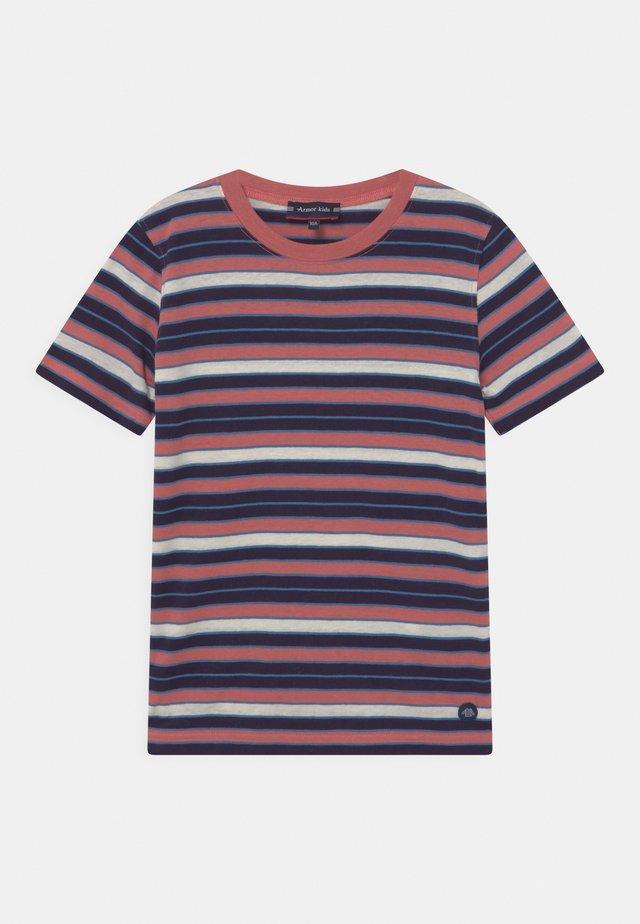UNISEX - T-shirt print - rosewood/navire/ozero/nature