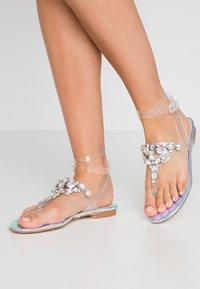 Public Desire - ELISE - Sandály s odděleným palcem - clear - 0