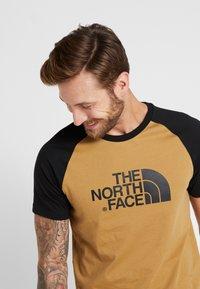 The North Face - RAGLAN EASY TEE  - Print T-shirt - british khaki - 3