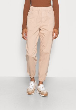 STYLE PATCHED POCKETS RELAXED FIT REGULAR LENGTH - Pantalon classique - blushed camel