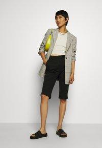 Who What Wear - CAPRI PANT - Shorts - black - 1