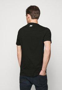 Michael Kors - TARGET TEE - T-shirt z nadrukiem - black - 2