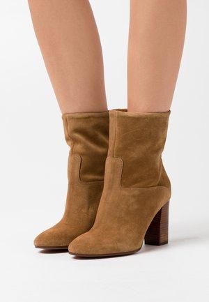 BRINDLEY BOOTS DRESS - Kotníková obuv na vysokém podpatku - tan