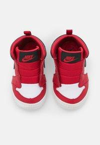 Jordan - 1 CRIB UNISEX - Basketball shoes - university red/black/white - 3