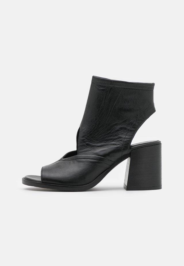 SUA - Sandalen met enkelbandjes - nero