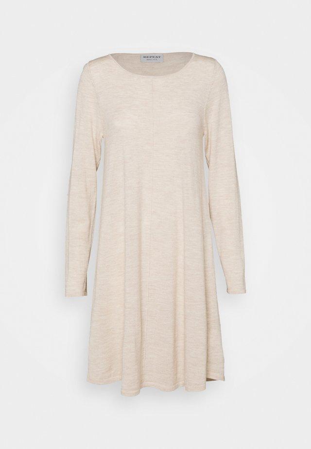 Stickad klänning - beige melange