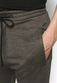 DRYKORN - JEGER - Trousers - braun - 4