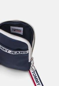 Tommy Jeans - LOGO TAPE HANGING UNISEX - Plånbok - twilight navy - 2