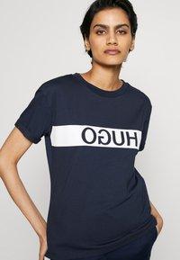 HUGO - DATINA - T-shirts med print - open blue - 4