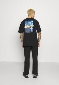 9N1M SENSE - LOGO PANTS UNISEX - Pantalon de survêtement - black - 2