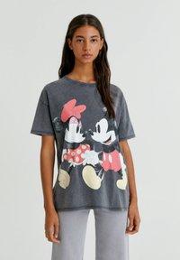 PULL&BEAR - MINNIE UND MICKEY MOUSE - T-shirt con stampa - mottled dark grey - 0