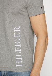 Tommy Hilfiger - SMALL LOGO TEE - T-shirt imprimé - grey - 5